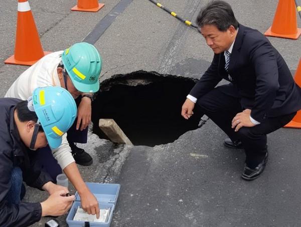 水公司派人檢驗確認是自來水管漏水。(郭信良提供)