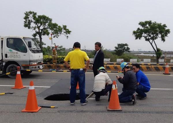 副議長郭信良痛批自來水公司任由自來水流了兩個月,根本是擺爛,。(郭信良提供)