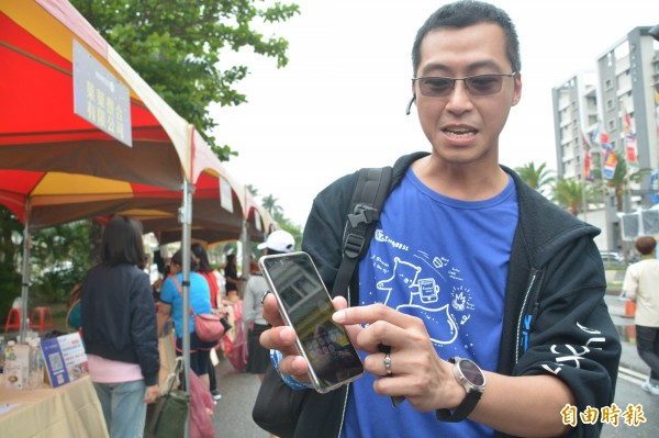 Ingress是一款結合現實與虛擬世界的手機遊戲,推出至今已累積全球百萬名玩家,花蓮路線能夠入主遊戲,全靠台灣資深玩家陳建仁接線。 (記者王峻祺攝)