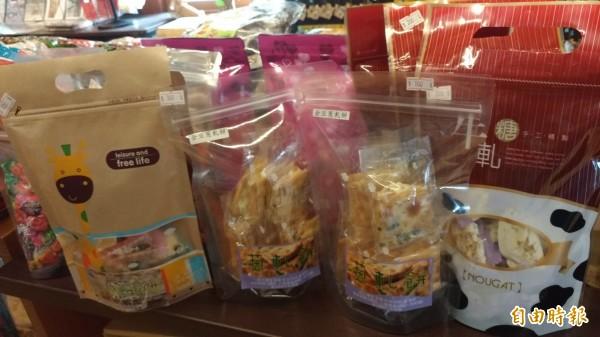 虎尾驛除了主打蛋捲,各式手工餅乾也相當受遊客歡迎。(記者廖淑玲攝)