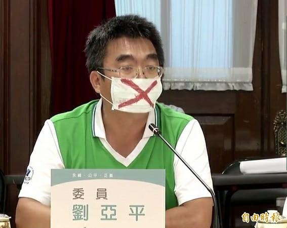 全國教育產業總工會秘書長劉亞平說,「拔管」成功,台大與教育部乾脆合併為國子監。(記者黃旭磊攝)