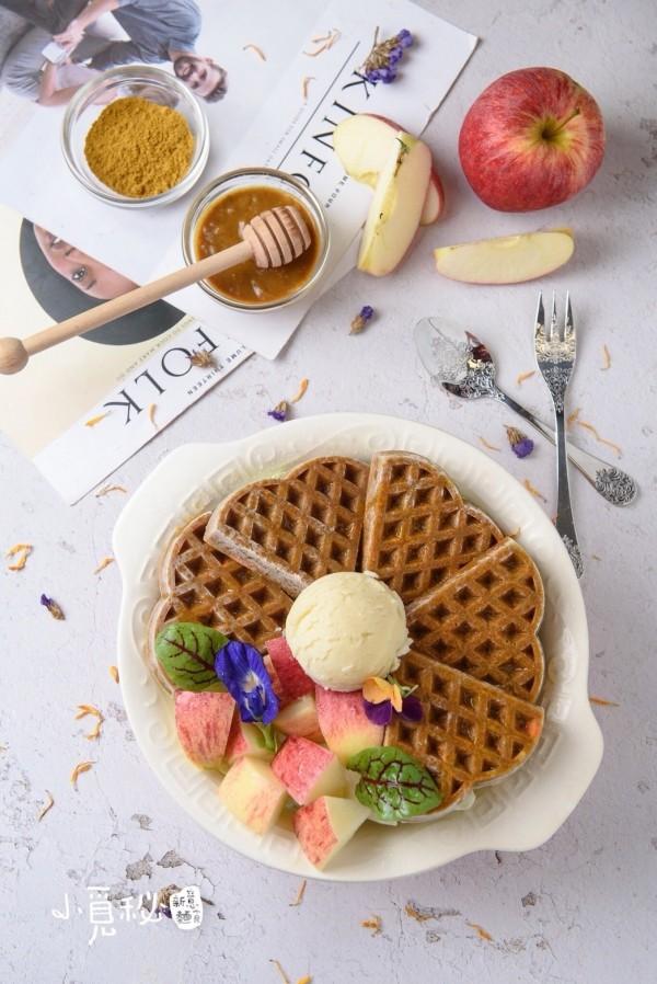 「小覓秘麵食所」推出的新品「這不是鬆餅」看起來真的像鬆餅,但這真的不是鬆餅。(「小覓秘麵食所」提供)