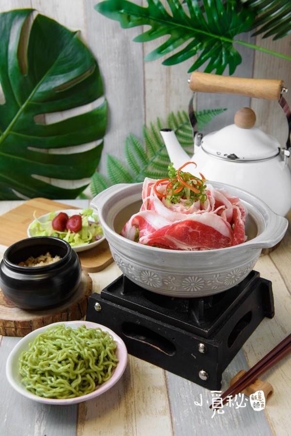 結合牛肉湯、擺盤技巧改良成的「鮮燙玫瑰牛肉翡翠麵」是「小覓秘麵食所」目前的主打商品。(「鮮燙玫瑰牛肉翡翠麵」提供)