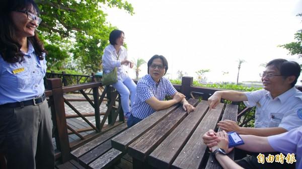 內政部長葉俊榮(右二)今天到墾丁國家公園參加珊瑚生態保育週,他說內政部非常重視國家公園,不但國家公園業務留在內政部,未來營建署將一分為二,國家公園業務直接由國家公園署綜理。(記者陳彥廷攝)
