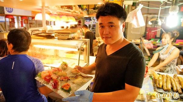 漁郎生魚片老闆曾信宏。(記者陳彥廷攝)