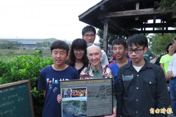 珍古德博士前年11月曾到訪,並簽名支持「台江山海圳國家綠道倡議」。(資料照,記者蔡文居攝)
