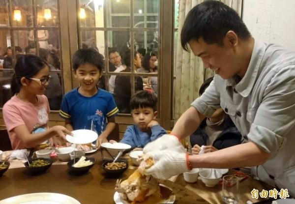 溪頭妖怪村「蝴蝶雞」一上桌,立刻吸引大小朋友品嚐。(記者謝介裕攝)