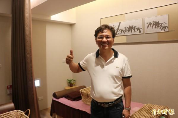 會館董事長葉俊宏說,希望打造舒適的按摩環境,讓附近勞累工作的居民都有個放鬆的去處。(記者鄭名翔攝)