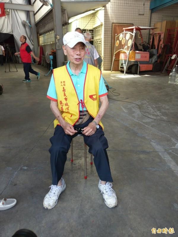 陳亮宏平時省吃儉用把錢捐給街友、弱勢家庭,鞋子破了仍照穿。(記者王善嬿攝)