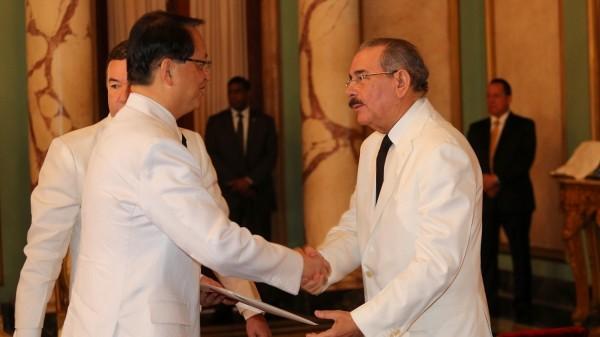 我驻多明尼加大使汤继仁(左)于2015年赴任,呈递到任国书。(取自我驻多明尼加大使馆网站)