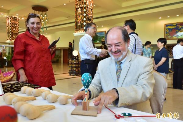 墨西哥商務簽證文件暨文化辦事處處長Martin Torres為墾丁抱屈。(記者蔡宗憲攝)