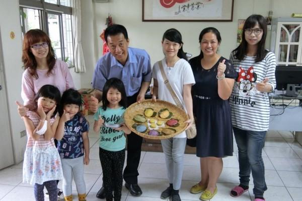 台南市南區喜樹國小附幼小學生發揮創意做出七彩紅龜粿。(記者王俊忠翻攝)