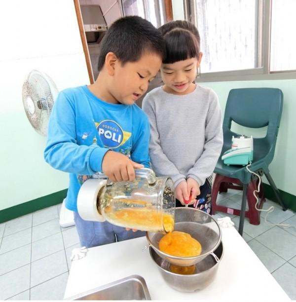 台南市南區喜樹國小附幼小學生用天然蔬果實驗染色研發出七彩紅龜粿。(記者王俊忠翻攝)