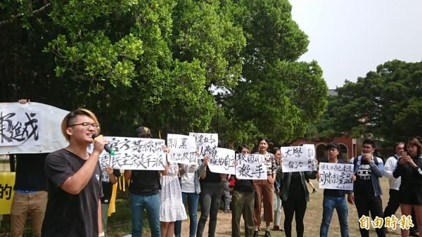 成大學生抗議黃絲帶正當性。(記者洪瑞琴攝)