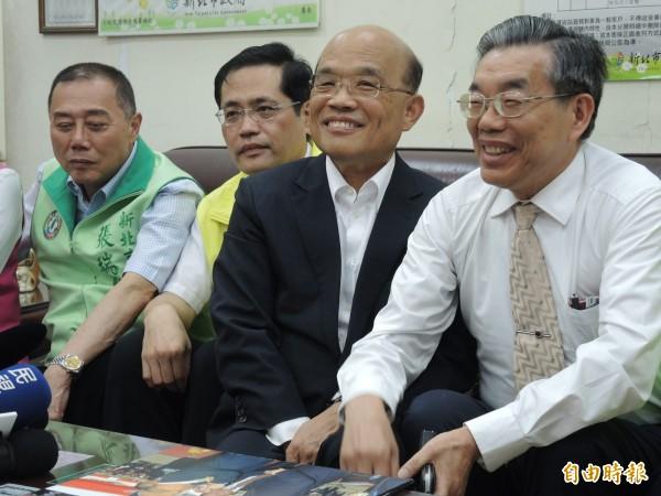 蘇貞昌(中)與前衛生局長李龍騰(右)談興建雙和醫院的甘苦。(記者翁聿煌攝)