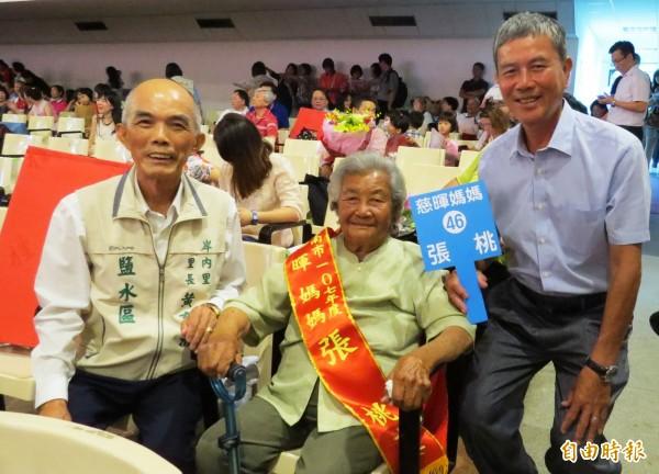 南市95歲張桃女士獲模範母親表揚,是今年表揚的模範母親中最年長的一位。(記者蔡文居攝)