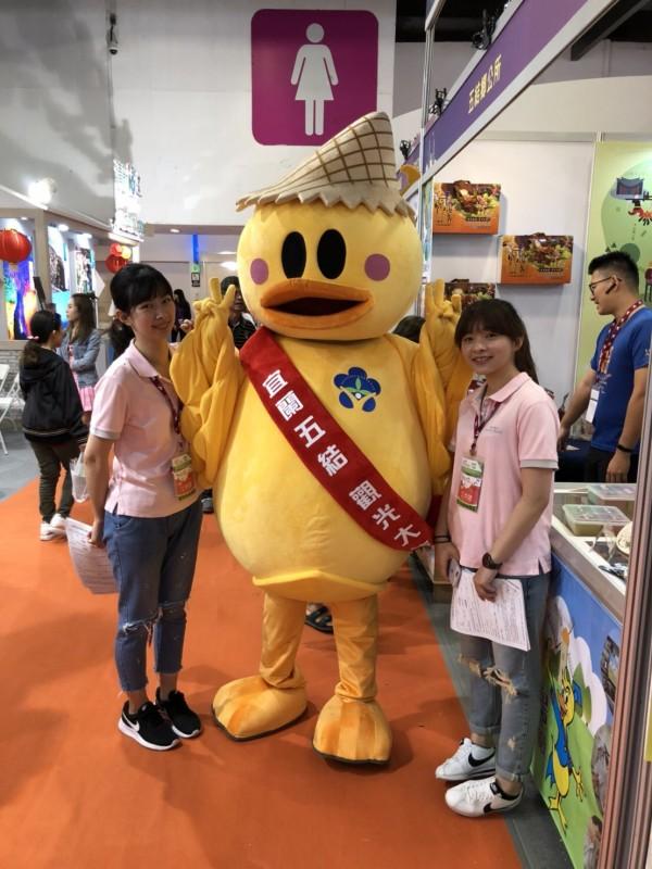 「小河鴨」今天前進台北國際觀光博覽會,為宜蘭五結拚觀光,頗具人氣。(五結鄉長簡松樹提供)