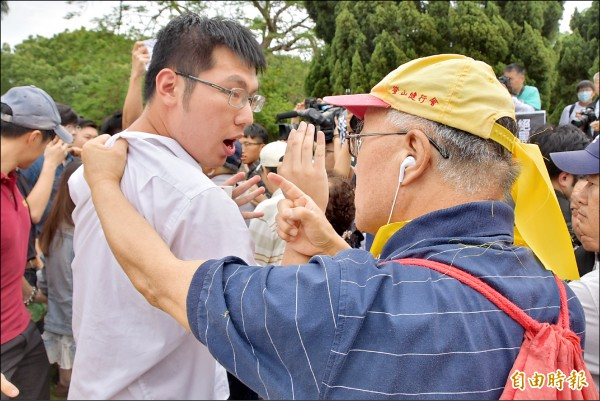 反管的台大潘姓學生(白衣男)遭挺管民眾抓住衣領,雙方發生衝突。(記者吳柏軒攝)
