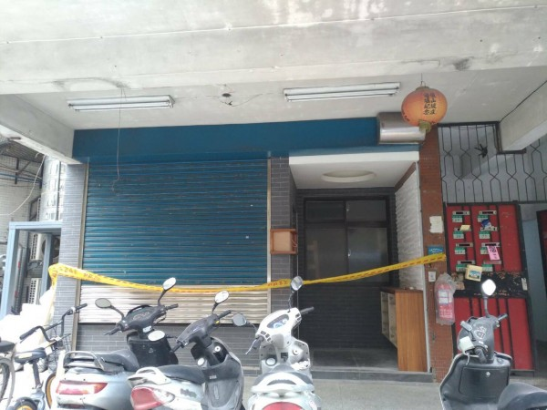 台北市成福路民宅今天下午進行噴漆工程,有2工人中毒送醫,而這也是同條路上,3天內第二度發生油漆工人中毒的工安意外。(記者陳恩惠翻攝)