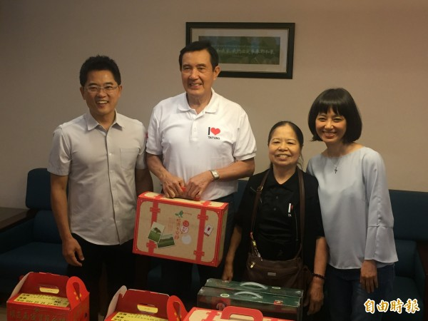 縣長黃健庭(左一)送給馬英九、陳樹菊紅藜產品。(記者張存薇攝)