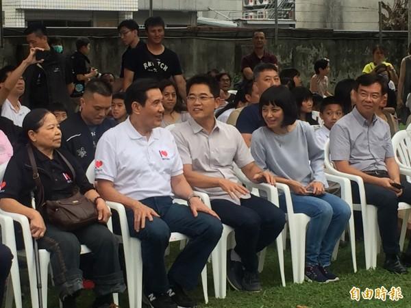 馬英九(左二)、陳樹菊(左一)一起參加音樂會。(記者張存薇攝)