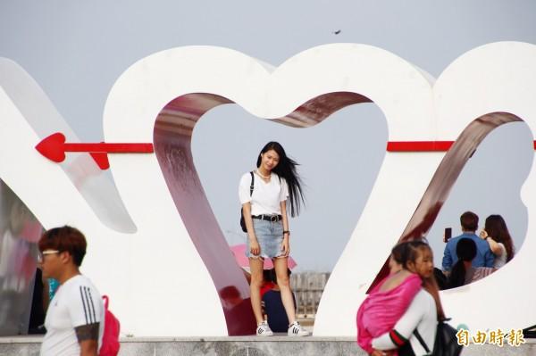 東石漁人碼頭吸引許多民眾到訪。(記者林宜樟攝)