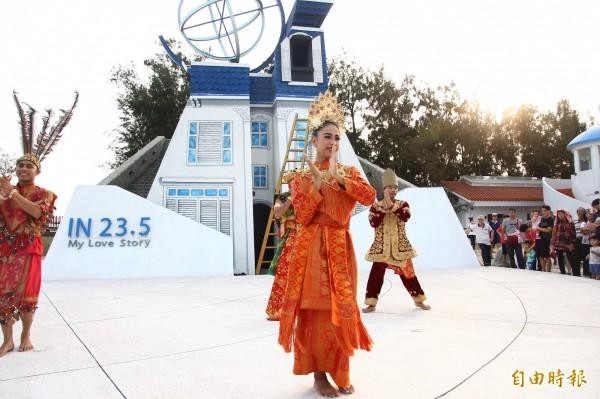 印尼Simpor舞團在東石漁人碼頭快閃演出。(記者林宜樟攝)