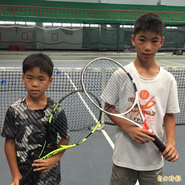 哥哥陳泓諭(右)與弟弟陳泓叡在「正新瑪吉斯第一金控盃」網賽中,獲得2金1銀。(記者盧賢秀攝)