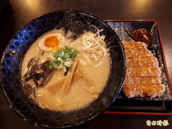 新竹市夏川拉麵的豚骨湯頭是熬煮12小時以上煮成,味道鮮甜不輸日本口味,店內師傅陳桑說,其中叉燒拉麵,麻婆拉麵和「蒜你狠」拉麵,是店內的人氣拉麵。(記者洪美秀攝)
