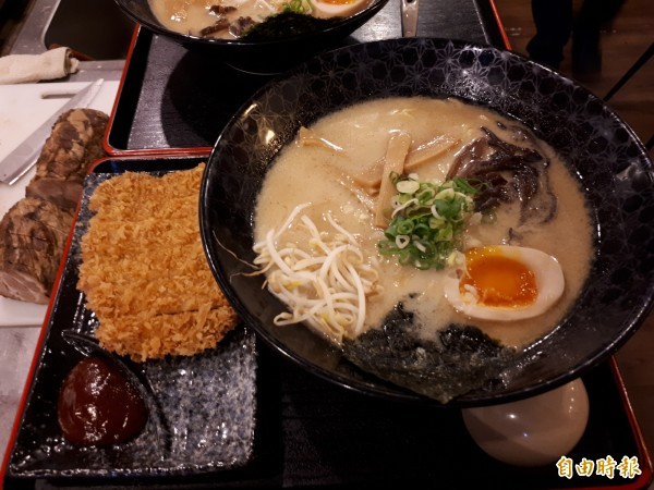 新竹市夏川拉麵的豚骨湯頭是熬煮12小時以上煮成,味道鮮甜不輸日本口味。(記者洪美秀攝)
