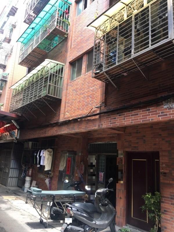 男子在住家陽台上吊輕生。(記者王宣晴翻攝)