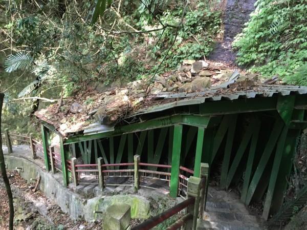 通往五峰旗最上層瀑布步道,因颱風落石坍方,有安全疑慮而封閉。(宜蘭縣政府提供)