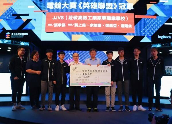 莊敬高職學生隊獲台北市電競比賽冠軍,由市長柯文哲(中)頒獎。(圖由莊敬高職提供)