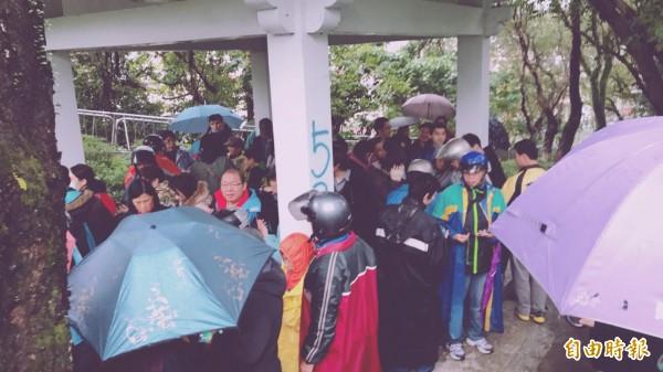 寶可夢遊戲雖已不如初登場瘋狂,但8日在原野公園的超夢場,即使下著雨,熱衷的寶友穿雨衣、撐雨傘也不減熱情。(小銘提供)