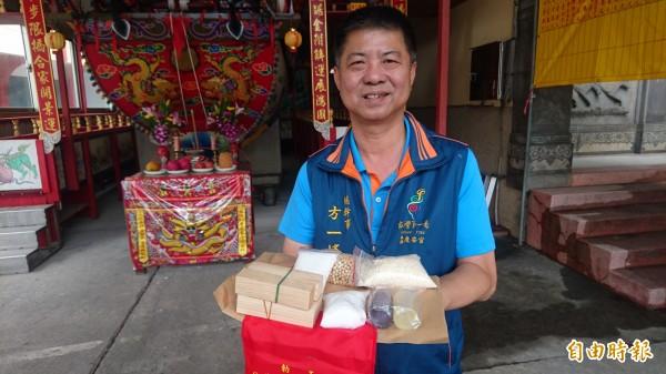 西港慶安宮總幹事方一峰展示的王船添載包,內有米、油、醋、豆、鹽、糖、柴等7項物品。(記者楊金城攝)