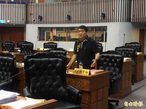 議員謝賢裕爭取綠島設廢污水處理場。(記者張存薇攝)