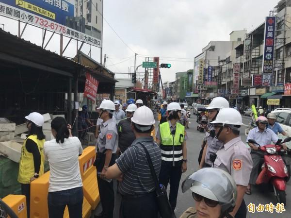 拆除工作執行時警方也派出大批人馬到場維持秩序(記者葉永騫攝)