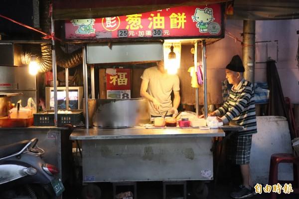 宜蘭市東門夜市彭記蔥油餅,由彭烈堂一家7人共同開設,輪班顧店,已在當地飄香29年。(記者林敬倫攝)