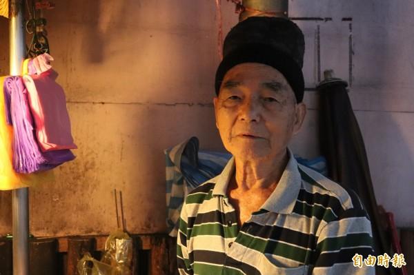彭記蔥油餅位於東門夜市入口,由81歲的彭烈堂、老婆、3個兒子與孫子一家7口人共同開設,已在東門夜市擺攤29年。(記者林敬倫攝)
