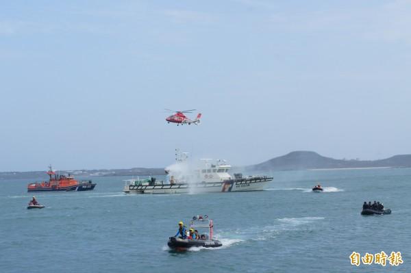 澎湖民安4號演習,出動海陸空等各救難單位加入演練。(記者劉禹慶攝)
