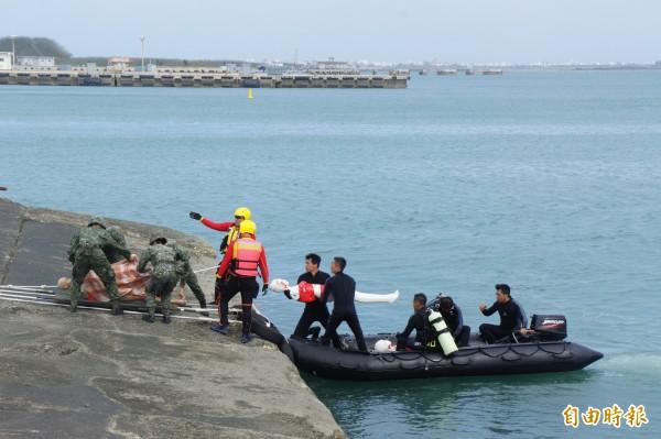 海上救援單位將人員送至岸邊,由軍方接手運輸救援。(記者劉禹慶攝)