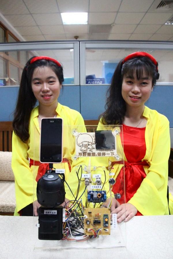 李玉英(左)、李玉映(右)參加第58屆國立暨縣(市)公私立高級中等學校第四區科學展覽會,獲得電腦與資訊學科特優第一名。(記者林宜樟攝)