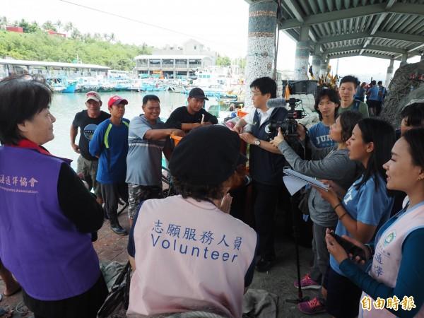 富岡漁港還有少數菲律賓漁工,學生們也貼心分組,和菲律賓漁工一起高歌家鄉高謠。(記者王秀亭攝)