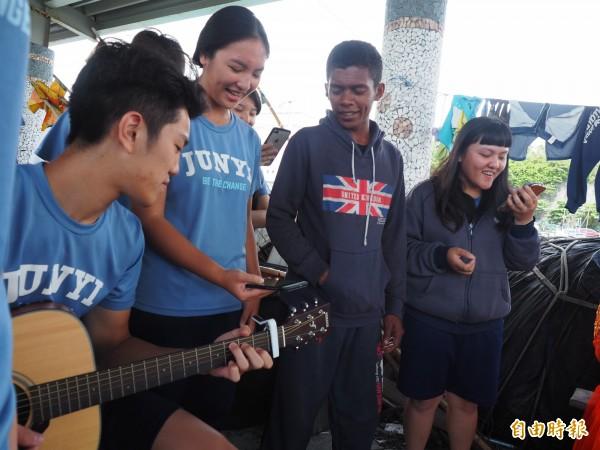 唱到最後,印尼漁工上前和學生們一起合唱。(記者王秀亭攝)