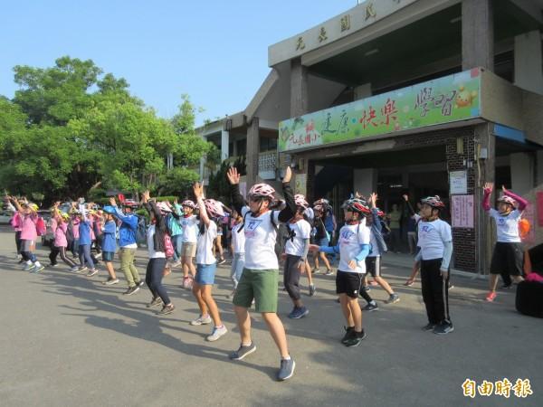 學生出發前先來一下熱身運動。(記者廖淑玲攝)