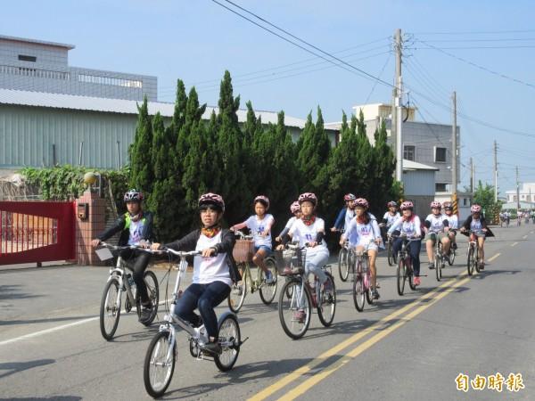 師生們展開快樂的「元長騎跡」活動。(記者廖淑玲攝)