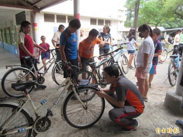 行前老師先為學生檢查裝備及單車輪胎。(記者廖淑玲攝)