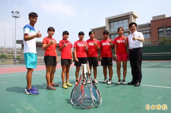 嘉義縣立永慶高中國中部女網隊選手將代表台灣參加第30屆日本山中湖國際青少年軟式網球錦標賽。(記者林宜樟攝)