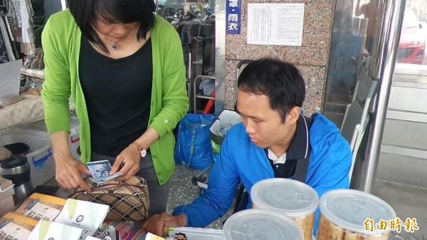 小腦萎縮症病友邵建霖(右)因病症無法熱情招呼客人,找錢也比較慢,他請大家見諒。(記者廖雪茹攝)