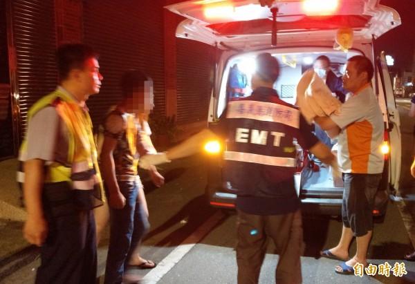 情緒不穩男子意圖跳樓,消防隊員將其送醫。(記者蔡宗勳翻攝)